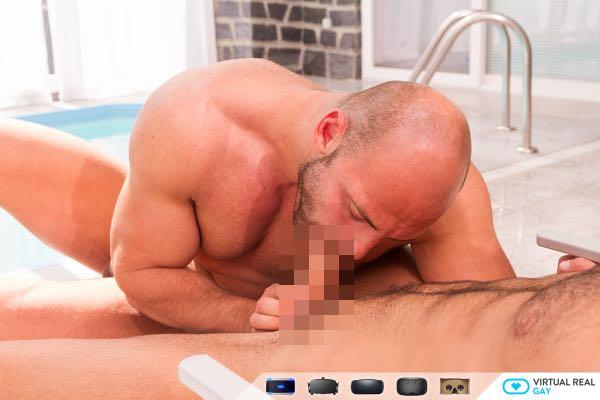 プールサイドで海パンからフル勃起ペニスをはみ出したマッチョにアナルを犯されるVR動画 | ゲイ・ホモ向けVR動画